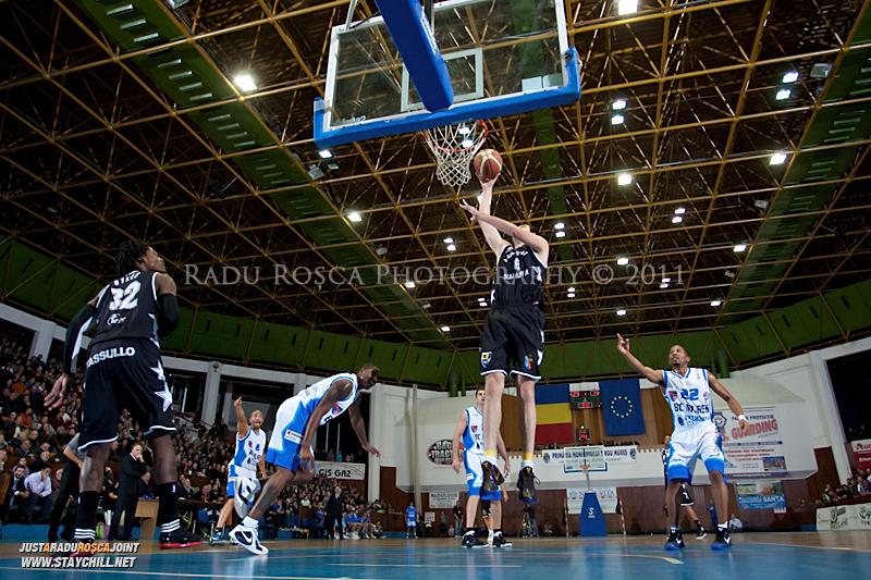 Vladimir Mijovic incearca sa inscrie doua puncte  in timpul  partidei dintre BC Mures Tirgu Mures si U Mobitelco Cluj-Napoca din cadrul etapei a sasea la baschet masculin, disputat in data de 3 noiembrie 2011 in Sala Sporturilor din Tirgu Mures.