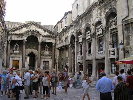 Obective turistice Split: zona romana in fata Catedralei