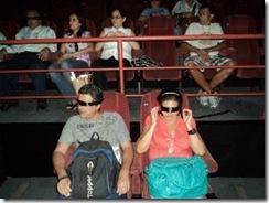 Pessoas que enxergam assistem ao filme com os olhos vendados