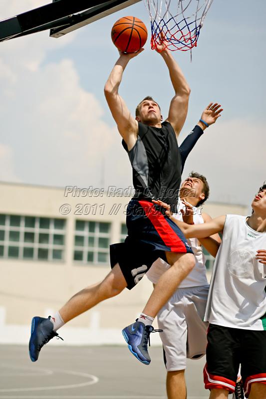 Imagine de la un turneu amator de streetball desfasurat pe terenurile Scolii generale nr 18 din Tirgu Mures, in data de 4 iunie 2011.