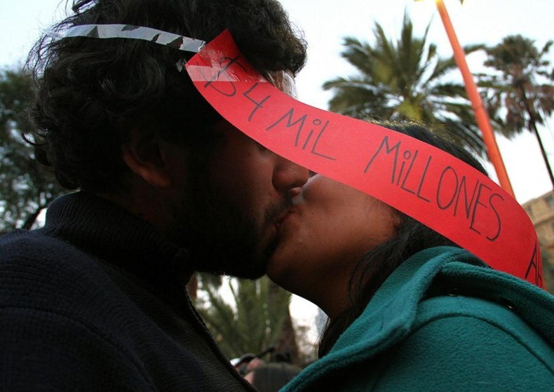 kissing-protest-10