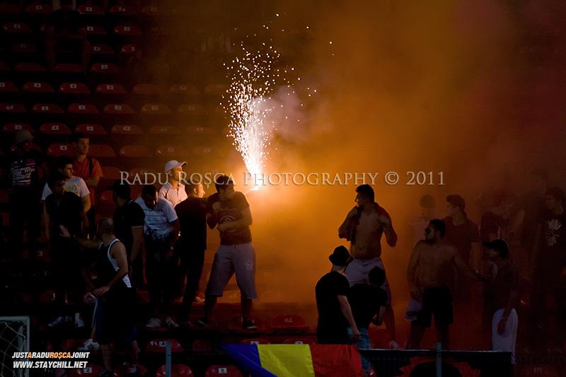 Suporterii dinamovisti isi sustin echipa in timpul meciului dintre Dinamo Bucuresti si Rapid bucuresti, din cadrul etapei a VII-a a ligii 1 de fotbal, duminica, 18 septembrie pe stadionul Dinamo din Bucuresti.