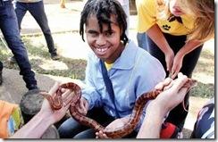 Projeto Zoo Toque: Homem segura uma cobra nas mãos