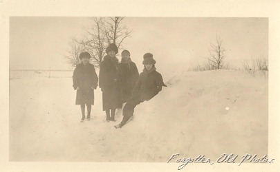 Snowy people DL Antiques snapshot