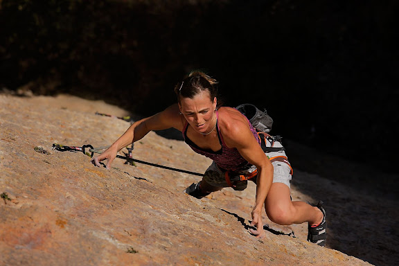 """Mariona Martí escalant la via """"Tou com una figa"""" 7a+, sector Carrasclet. El racó dels Boixets. Serra Major, Montsant. Parc Natural La Morera de Montsant, Priorat, Tarragona"""