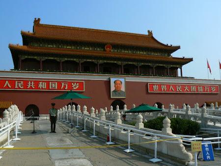Tari sub dictatura: poza lui Mao in Piata Tienanmen, Beijing, China