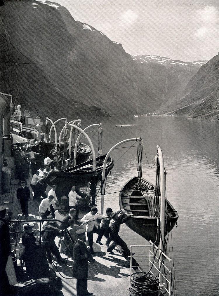 9-Preparación de los botes en la cubierta del OCEANA para embarque de los excursionistas. Foto del libro HAMBURG-AMERIKA LINIE. NORDLAND-FAHRTEN.jpg