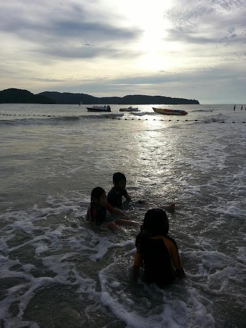Mandi Raya Di Pantai Cenang