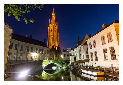 Turm der Liebfrauenkirche vom Kanal aus gesehen in Brügge