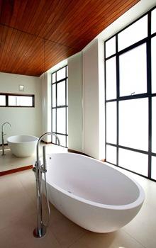 baño-casa-de-lujo-bañera-de-diseño-ovalado-blanco