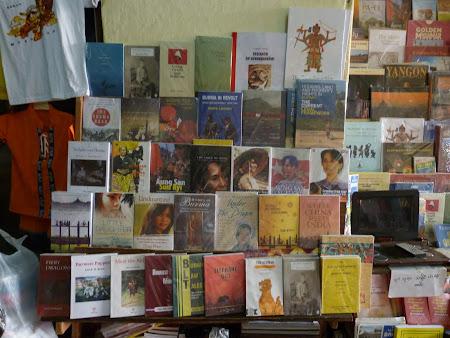 Librarie in Myanmar: carti despre Aung San Suu Kyi