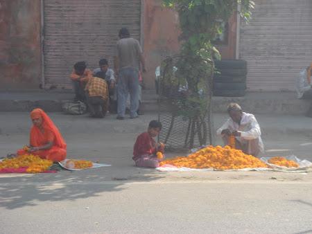 Obiective turistice India: flori pentru temple.JPG