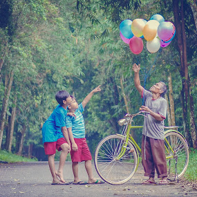 I want that Red Balloons  by Andi Kurniadi - People Professional People ( human interest, children, old man, candid, balloon )