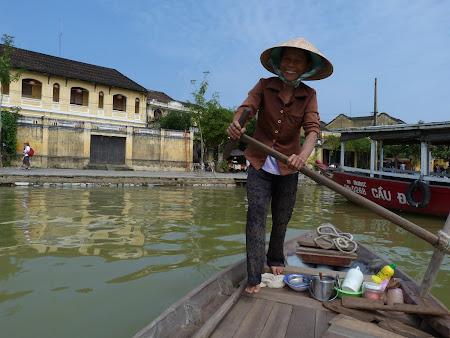 18. femeie luntras in Hoian Vietnam.JPG