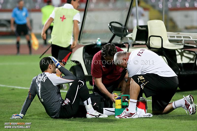 Daniel Coman de la Rapid primeste ingrijiri medicale in timpul meciului dintre Dinamo Bucuresti si Rapid bucuresti, din cadrul etapei a VII-a a ligii 1 de fotbal, duminica, 18 septembrie pe stadionul Dinamo din Bucuresti.