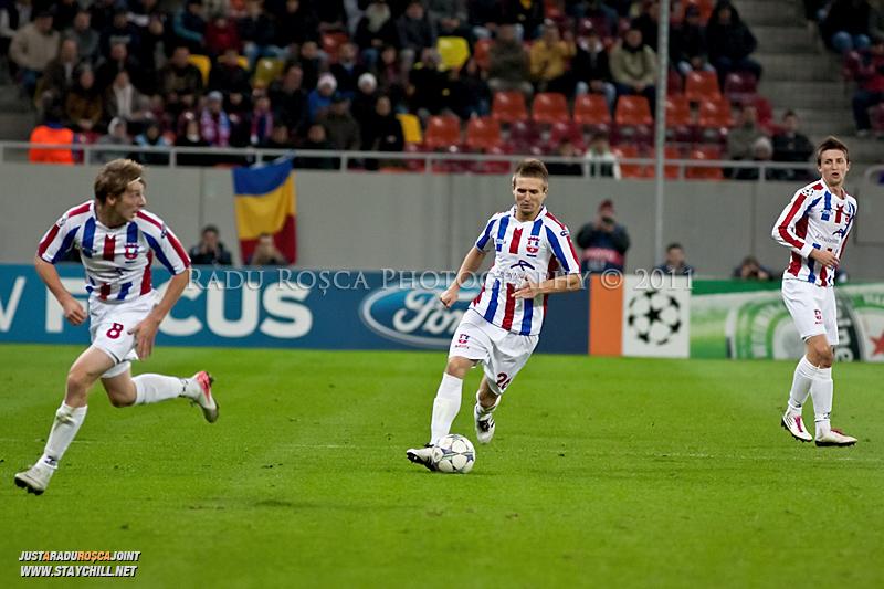 Ionut Neagu (26) porneste in atac alaturi de Liviu Antal (8) in timpul meciului dintre FC Otelul Galati si Manchester United din cadrul UEFA Champions League disputat marti, 18 octombrie 2011 pe Arena Nationala din Bucuresti.