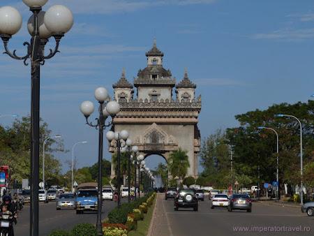 3. Arc de triumf Laos.JPG