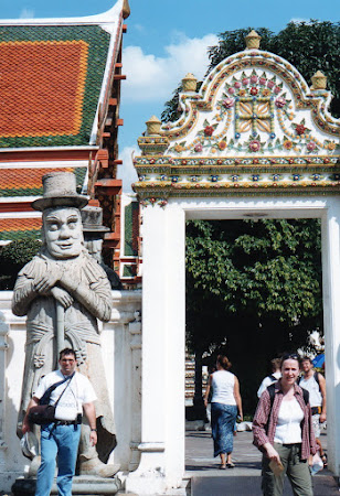 Obiective turistice Thailanda: statuie farang Wat Pho Bangkok