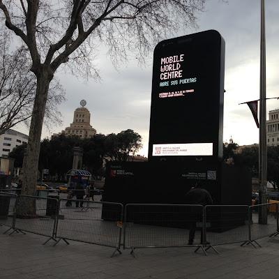 Un smartphone gigante da la bienvenida a los visitantes del Mobile World Congress 2013