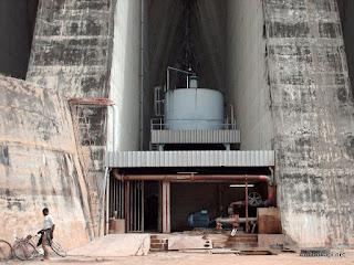 Station de traitement d'eau potable d'Inga (SNEL) située dans les contreforts du barrage Inga 1, en très mauvais état selon des experts étrangers. 2006.