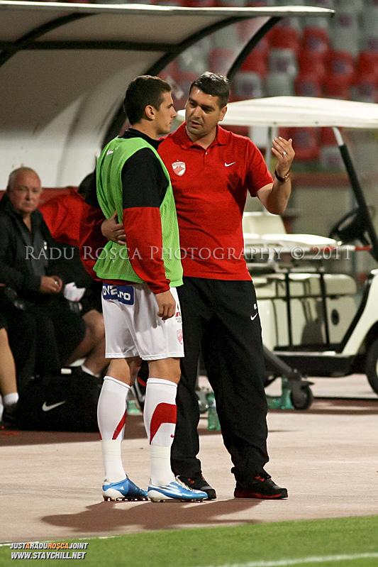 Liviu Ciubotariu ii da indicatii lui Liviu Ganea in timpul meciului dintre Dinamo Bucuresti si Rapid bucuresti, din cadrul etapei a VII-a a ligii 1 de fotbal, duminica, 18 septembrie pe stadionul Dinamo din Bucuresti.