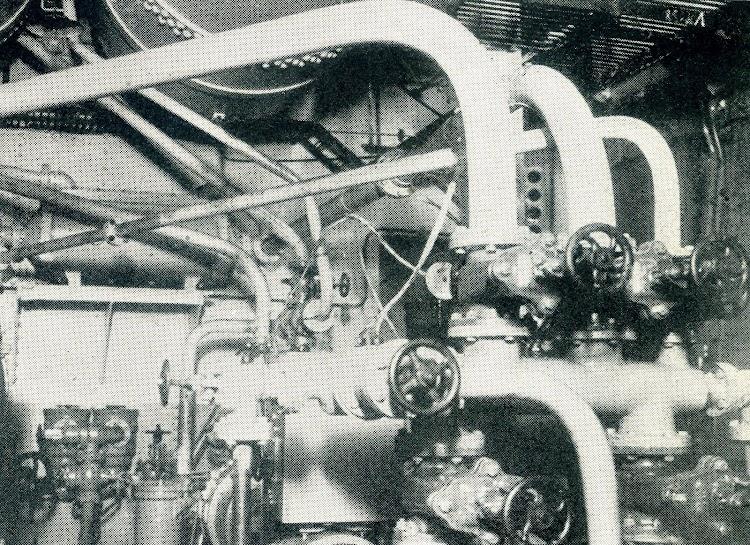 Costado de estribor de la maquina. Foto mostrando bombas y el deposito de aire comprimido.jpg