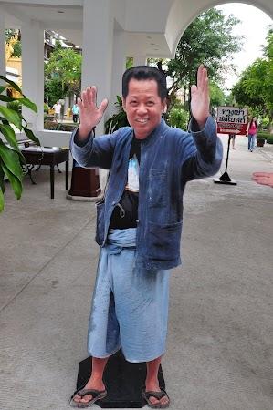 Imagini Thailanda: Macheta cu imaginea lui Chalermchai Kositpipat, creatorul White Temple din Chiang Rai, Thailanda