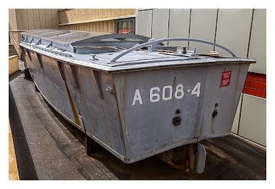 Östliche Landungsstrände - Arromanches - Ein ausgestelltes Landungsboot