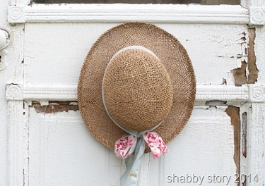 hat-on-cottage-door