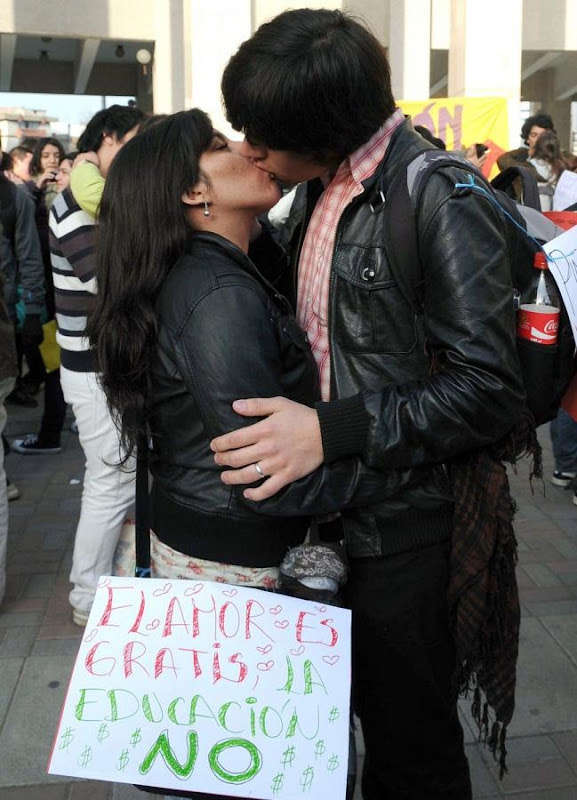 kissing-protest-15