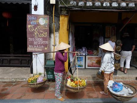 17. Vanzatoare fructe Vietnam.JPG