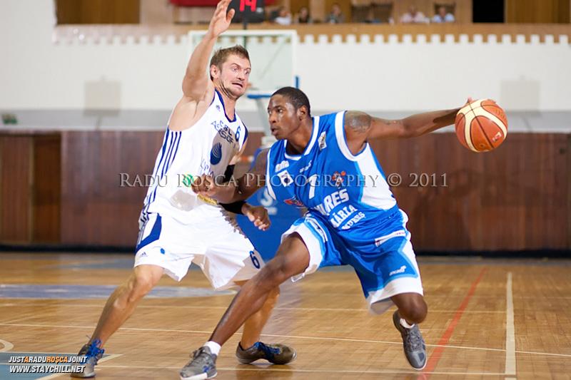 Calvin Watson (albastru) incearca sa treaca de Levente Szijarto, in meciul dintre CSU Asesoft Ploiesti si BC Mures Tirgu Mures din cadrul turneului amical Mures Cup, disputat joi, 8 septembrie 2011 in Sala Sporturilor din Tirgu Mures