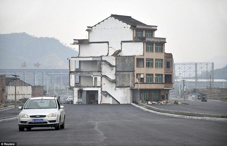 [صور] من غرائب الصين منزل وحيد وسط الطريق السريعة house-middle-of-road