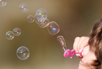 800px-Girl_blowing_bubbles