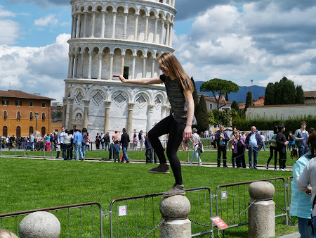 7. Pozand la turnul din Pisa.JPG
