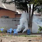 Des chaises abandonnées par les partisans de l'UDPS, lors de projections de gaz par les éléments de la Pnc au siège de leur parti politique le 6/9/2011 à Kinshasa. Radio Okapi/ Ph. John Bompengo