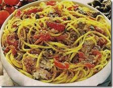 Spaghetti con alici e pan fritto