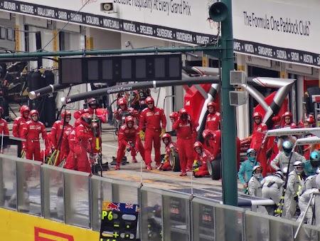 45. Echipa de schimbat roti Ferrari.JPG