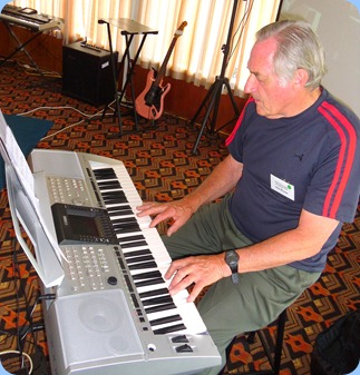 Des Rouse played the arrival music for us on his Yamaha PSR 3000 keyboard