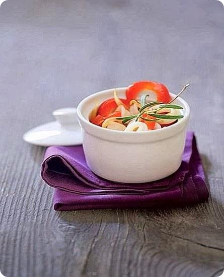 Anelli di calamaro con peperoni e pomodori