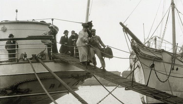 Vapor REY JAIME II en Barcelona. Desembarco del pasaje. Al fondo el BELLVER. Del libro Imatges de la Ciutat de Barcelona al segle XX.jpg