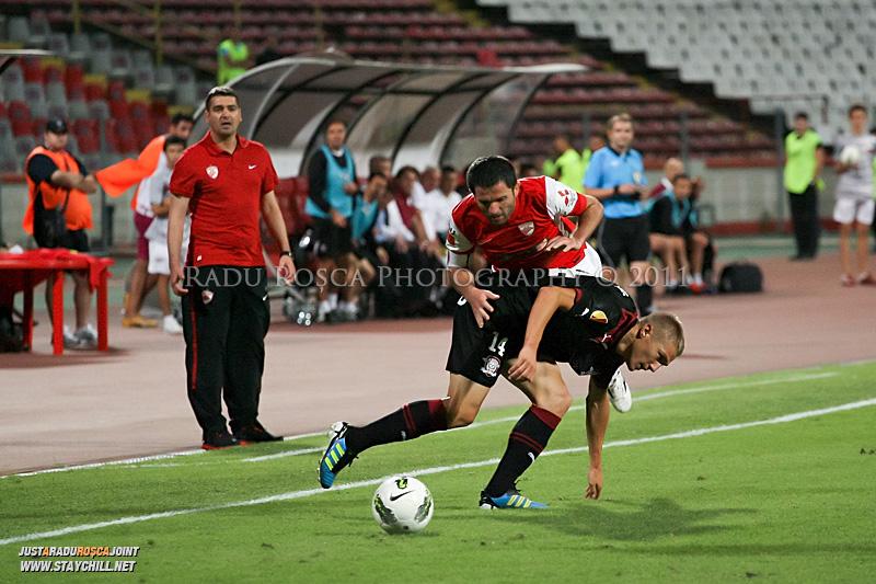 Mihai Roman de la Rapid si Catalin Munteanu de la Dinamo se lupta pentru balon in timpul meciului dintre Dinamo Bucuresti si Rapid bucuresti, din cadrul etapei a VII-a a ligii 1 de fotbal, duminica, 18 septembrie pe stadionul Dinamo din Bucuresti.