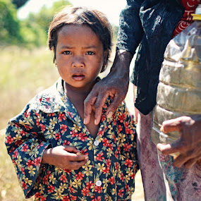 Confuse by Nguyen Kien - Babies & Children Child Portraits ( poor, children, scare, cambodia, emotion )