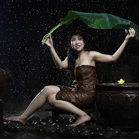 play the rain by Ramadhan Bagaskara Arya Parmuka - People Portraits of Women ( ujan )