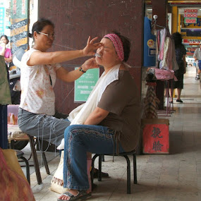 Threading by Jed Mitter - People Street & Candids ( taiwan, taipei, threading )