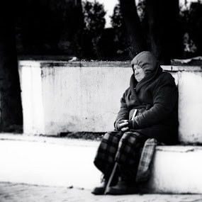 Granny of the street by Ovidiu Porohniuc - People Street & Candids ( granny, old, cold, street, people,  )