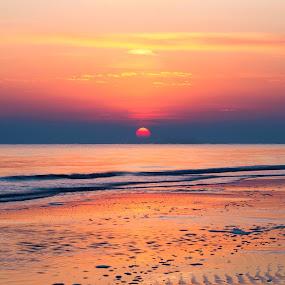 Nel mezzo....l'alba by Massimiliano Giuliani - Landscapes Beaches