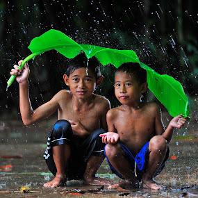 berteduh by Deny Satria - Babies & Children Children Candids ( banana, village, indonesia, children, traditional, leaves )