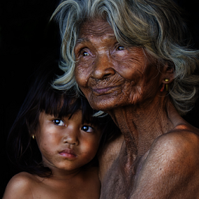 Grandmon and child by Thảo Nguyễn Đắc - People Family ( mom and kid, mom with kids )