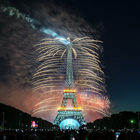 Fireworks on the eiffel tower by Romain Bruot - Buildings & Architecture Statues & Monuments ( paris, eiffel tower, tour eiffel, feu d'artifices, fireworks, france )